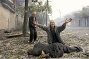 Una donna piange davanti al corpo di suo figlio, ucciso durante un scontro a fuoco tra jihadisti e soldati russi.