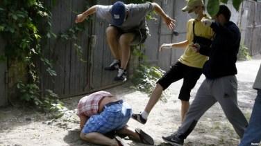 Militanti di Pravy Sektor pestano il leader del movimento gay ucraino Svyatoslav Sheremet.