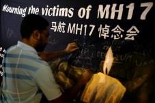 Uno dei tanti pannelli commemorativi delle 298 vittime dell'abbattimento del Boeing malese.