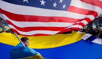 Manifestanti pro governativi a Kiev sventolano la bandiera statunitense.
