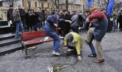 Una donna pestata nel centro di Odessa da militanti di Svoboda.