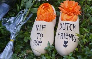 Due tipici zoccoli olandesi deposti in memoria delle vittime.