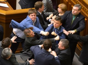 La ressa seguita all'assalto da parte di due parlamentari di Svoboda al leader del Partito comunista ucraino.