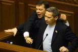 Il deputato Oleg Lyashko mentre impedisce con la forza a un deputato del Partito comunista di parlare in parlamento.