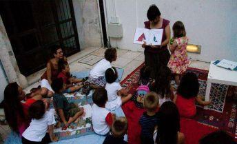 """Ortensia Panucci legge ai piccoli partecipanti di """"Fiabe AniMatte 2014""""."""