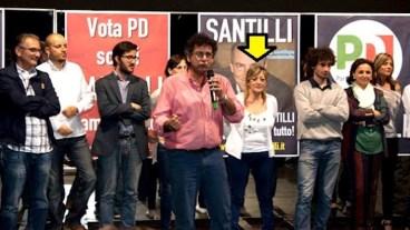 Uno degli eventi organizzati dal Pd per presentare i propri candidati alle municipali del 2013. Indicata dalla freccia gialla, Sandra Zammataro, una delle contestatrici di Paola Taverna.
