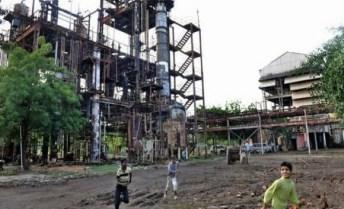 bambini giocano vicino la fabbrica dismessa ma ancora velenosa