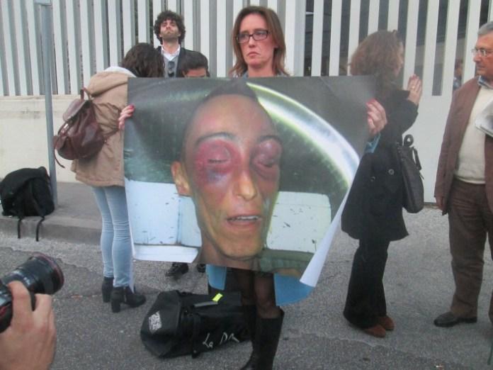 La protesta di Ilaria Cucchi dopo la lettura della sentenza del primo processo d'appello