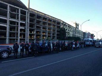 lo schieramento di guardie per la messinscena mediatica dello sgombero della ex Penicillina, a Roma, a uso e consumo di Salvini