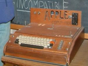 """Apple I - Detalhe do """"incompatible"""" no quadro ao fundo. Desde aquela época já era assim. :)"""