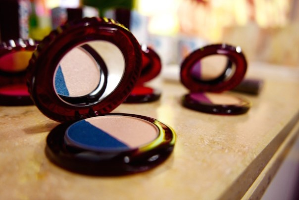 Eye colour Olé (002) - a dynamic duo of bold blue and pigmented pink