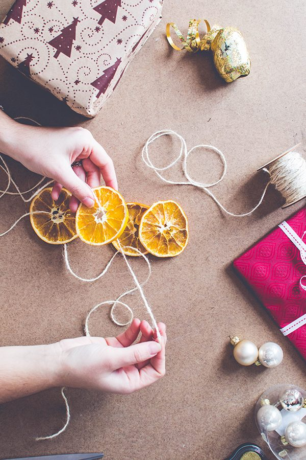 3 DIY Wrapping Ideas: Decorate with dried winter fruits