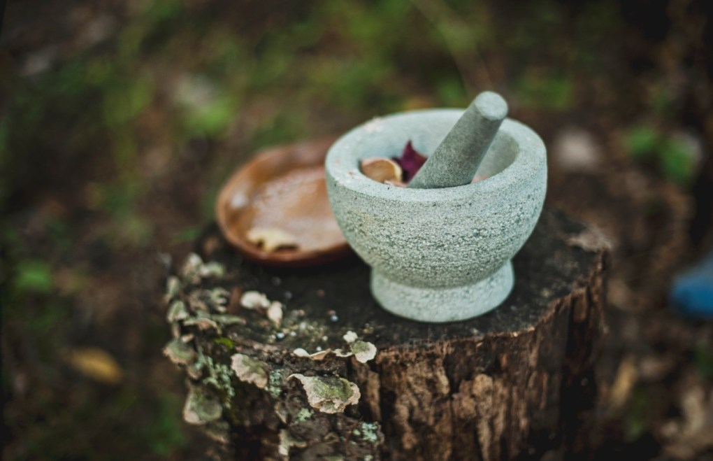add dried flowers to mortar and pestle pink rose bath salt diy
