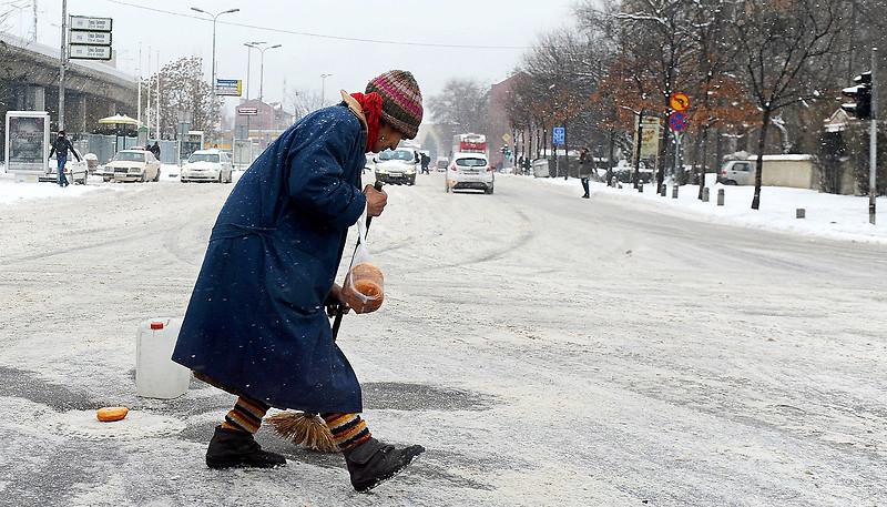 НОВИОТ СНЕГ НАПРАВИ ПРОБЛЕМ  Коловозите со остатоци од снег  се препорачува внимателно возење
