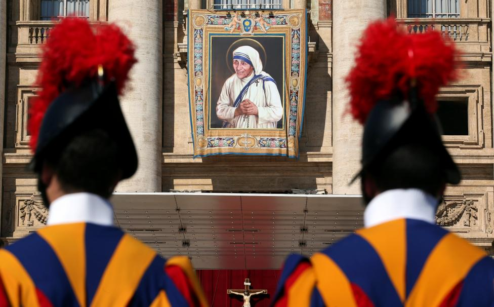Swiss Guards stand in front of a tapestry depicting Mother Teresa of Calcutta before a mass, celebrated by Pope Francis, for her canonisation in Saint Peter's Square at the Vatican. REUTERS/Stefano Rellandini