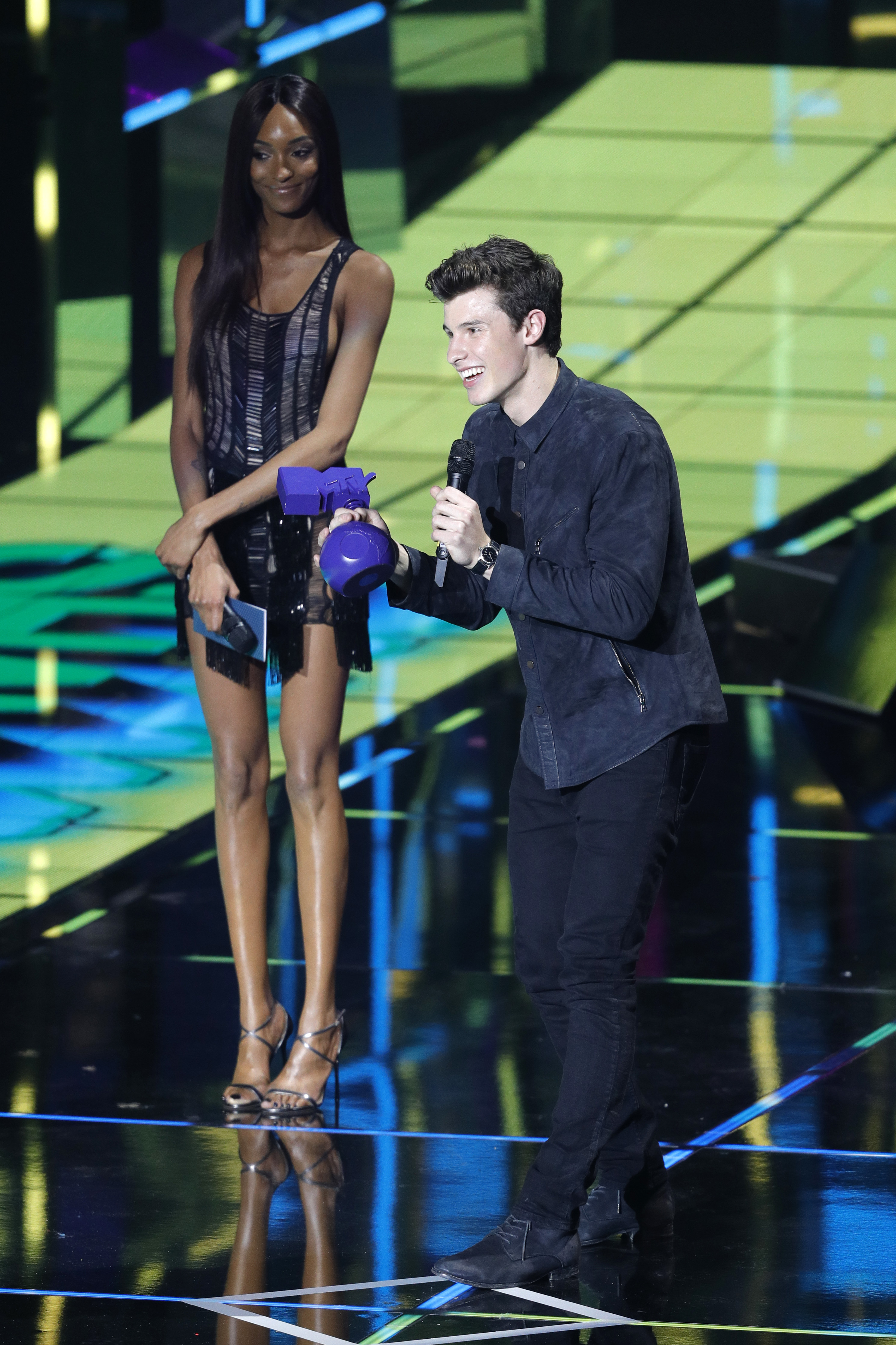 ROTTERDAM, NETHERLANDS - NOVEMBER 06:  Singer Shawn Mendes accepts the award for Best Male from Jourdan Dunn on stage at the MTV Europe Music Awards 2016 on November 6, 2016 in Rotterdam, Netherlands.  (Photo by Andreas Rentz/MTV 2016/Getty Images for MTV)