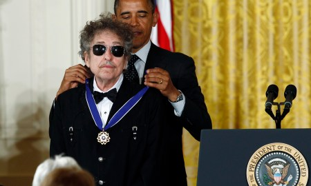 U.S. President Barack Obama awards a 2012 Presidential Medal of Freedom to musician Bob Dylan during a ceremony in the East Room of the White House in Washington, May 29, 2012.  REUTERS/Kevin Lamarque (UNITED STATES  - Tags: POLITICS SOCIETY PROFILE ENTERTAINMENT)