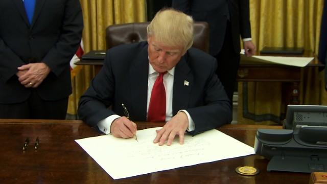 ОВАЛНАТА СОБА ВО ЗЛАТНО: Трамп го почна првиот претседателски ден