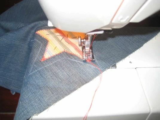 Con la máquina de coser rematamos la estrella