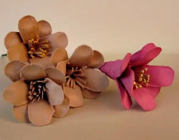 Flores hechas con el cartón de los envases de huevos.