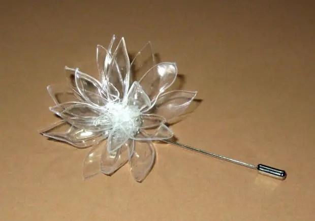 Broche con forma de flor hecho de plástico de botellas