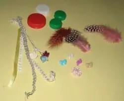 Trocitos de cintas y plumas