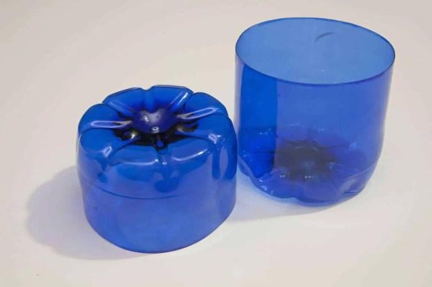 Reciclaje de botellas de plástico para hacer envases. Paso 4