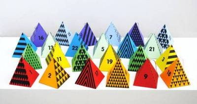 Calendario de adviento con pirámides de colores