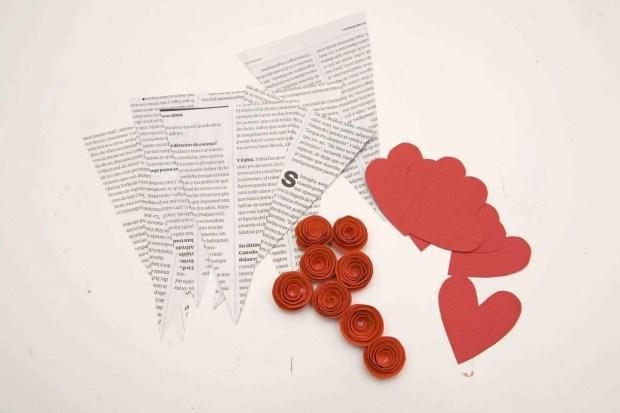 Banderines de papel de periódico, rosas y corazones de cartulina para hacer una guirnalda para San Valentín