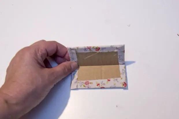 Cartón forrado con tela para hacer un costurero