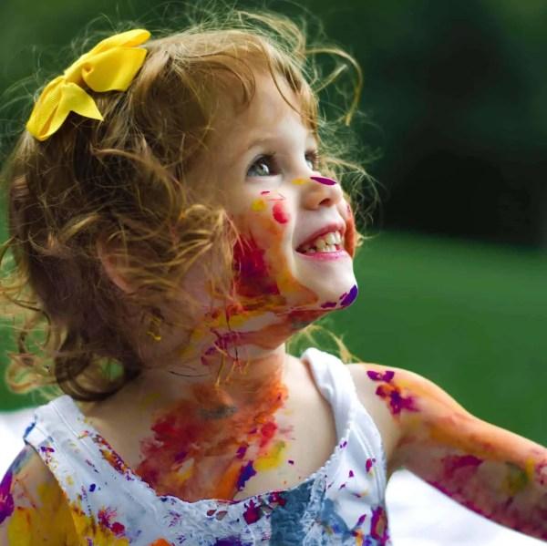 Una niña pequeña ha utilizado las pinturas para pintarse la cara y el cuerpo