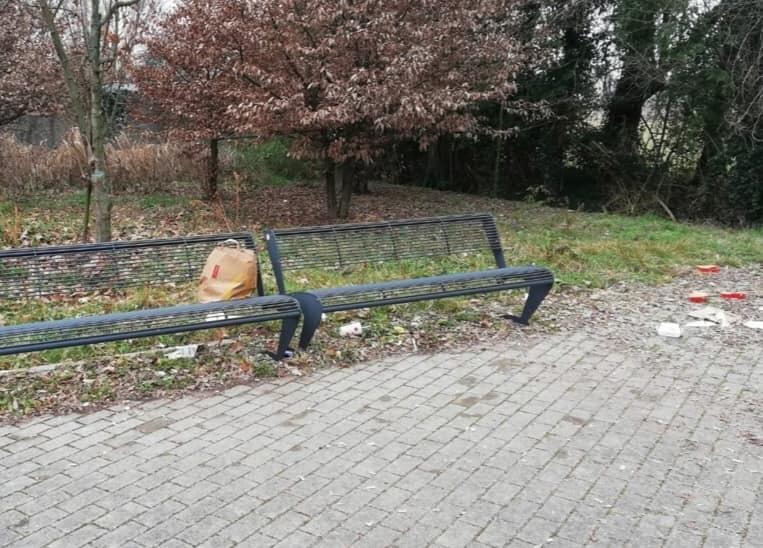 Pordenone, Via Alessandro Volta sommersa dai rifiuti da settimane. 3