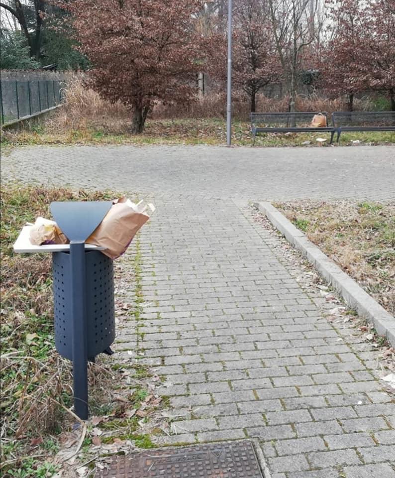 Pordenone, Via Alessandro Volta sommersa dai rifiuti da settimane. 1