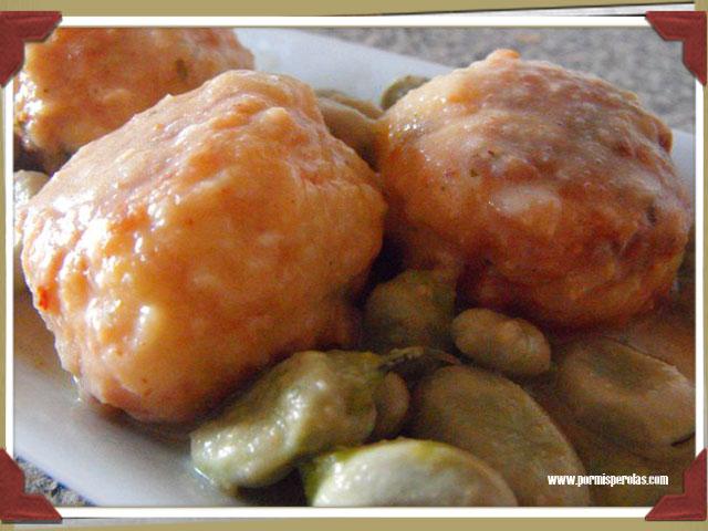 Albóndigas de bacalao en salsa con habas