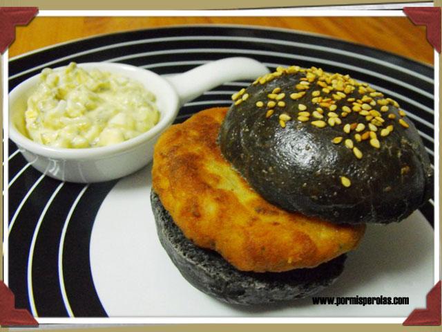 Mini hamburguesa de calamares con pan nero di sepia y salsa tártara