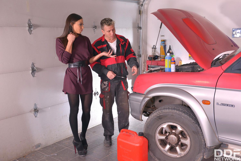 Cassie Del Isla sucks the mechanics tool in the car