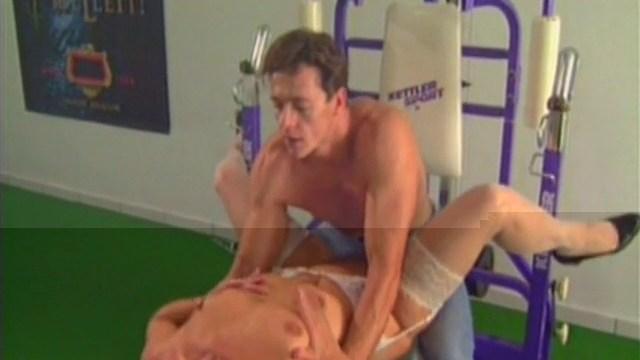 Un médecin nique sa patiente dans une salle de sport.