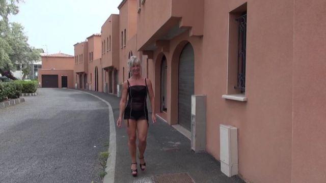 Après un divorce et des années de vie rangée la belle cougar devient très salope ! (vidéo exclusive)