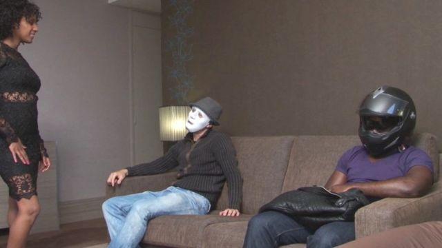 Sans que Nina le sache on planque son propre cousin parmi les mecs venus la gang-banguer ! (vidéo exclusive)