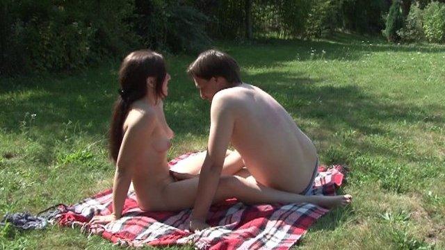 Daphnée en pleine séance de baise en plein air