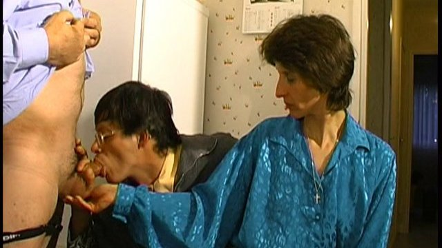 Alain présente son nouveau plan cul à papy et lui propose d'y gouter!