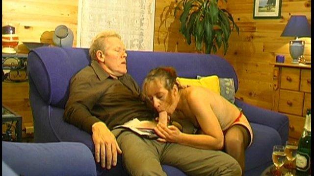 Une bone mère au foyer doit savoir sucer!