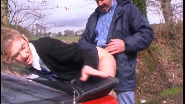 Etudiante en uniforme cherche chauffeur avec grosse bite!