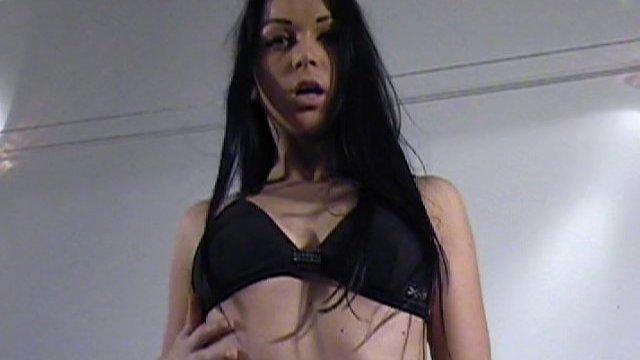 Striptease en musique et exhib très sexe pour une mannequin improvisée salope