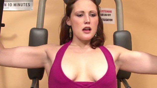 Séance de muscu très intense pour Elodie huilée à souhait