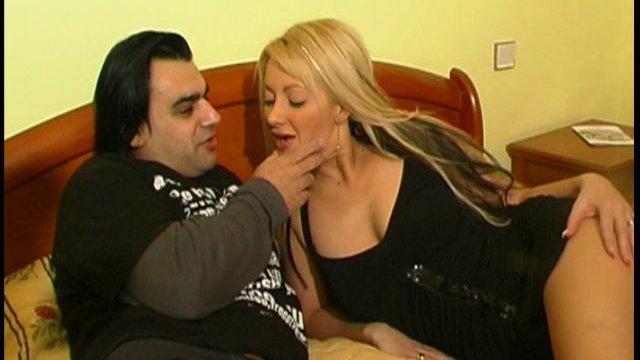 Angelo et jenny nous offrent un show dans une chambre d'hôtel