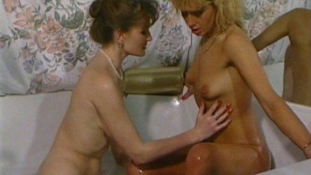 Bourgeoises lesbiennes à la mode vintage pour un petit bain