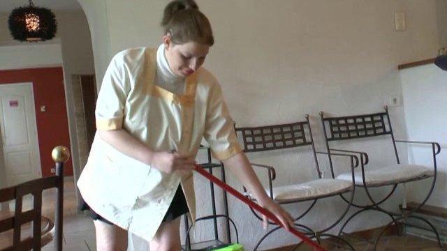 La femme de ménage de papy prise en sandwich alors qu'elle passe la serpillère!