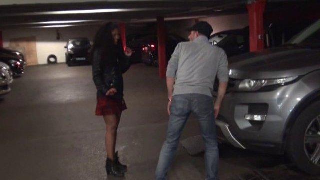 Une jeune antillaise délurée baisée à l'arrache dans un parking de paris!