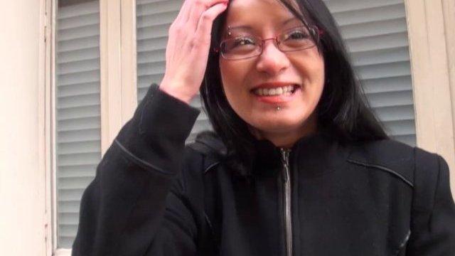 Max sodomise une jeune et jolie asiatique recrutée dans la rue!
